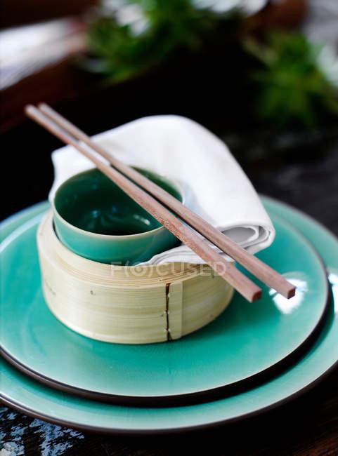 Schale und Stäbchen auf Reis-Dampfer — Stockfoto