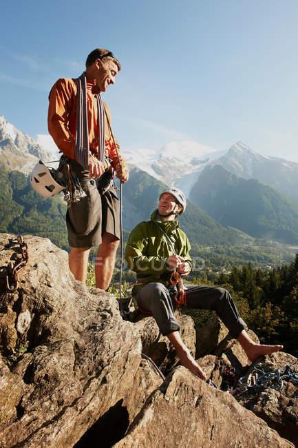 Escaladores de roca descansando en las montañas - foto de stock