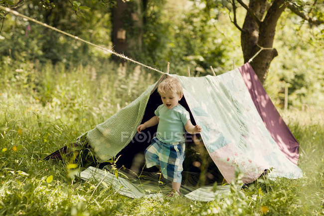 Petit garçon dans une tente faite maison — Photo de stock