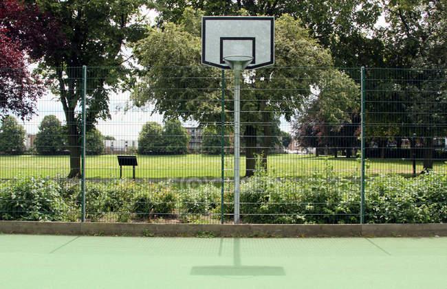 Баскетбольная площадка в парке — стоковое фото