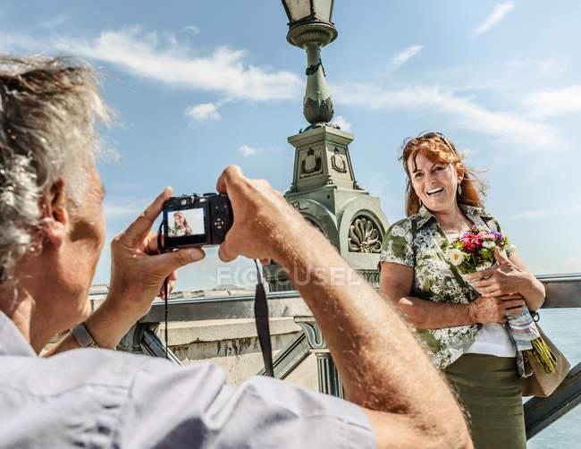 Uomo scattare foto di moglie — Foto stock