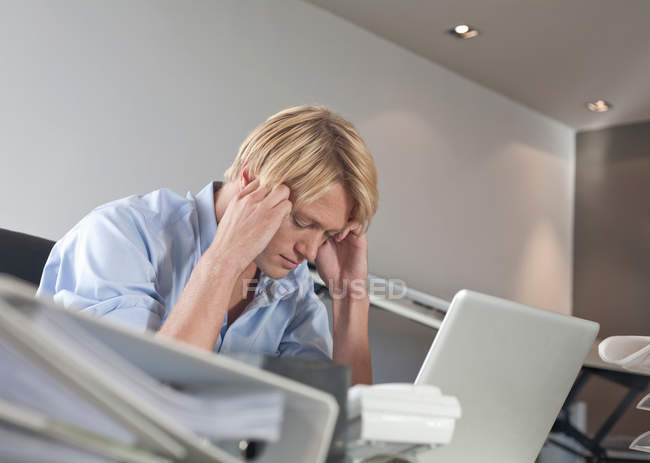 Homem de negócios usando o laptop no escritório — Fotografia de Stock