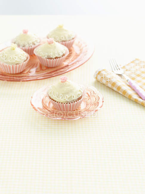 Placa de cupcakes decorados - foto de stock