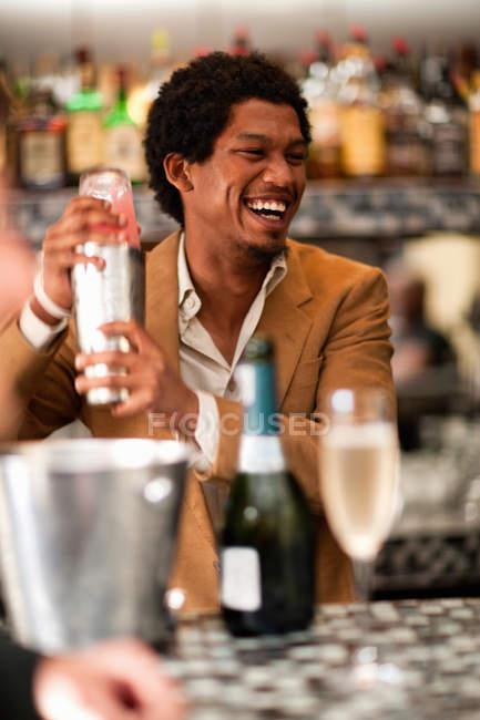Бармен змішування напоями в барі — стокове фото