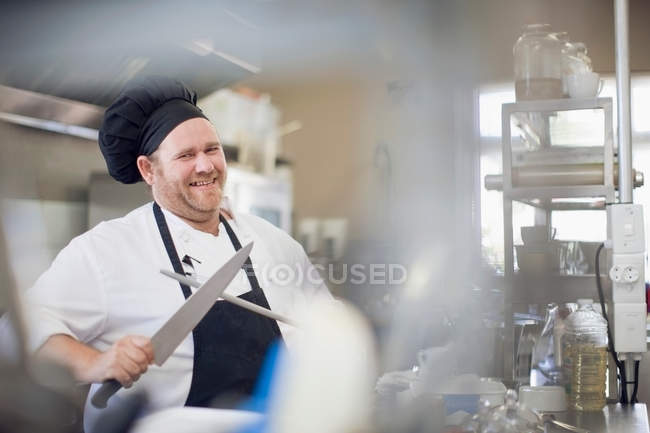 Chef Affilatura Coltello In Cucina — Foto stock