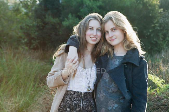 Девочки-подростки, обнимать на открытом воздухе — стоковое фото