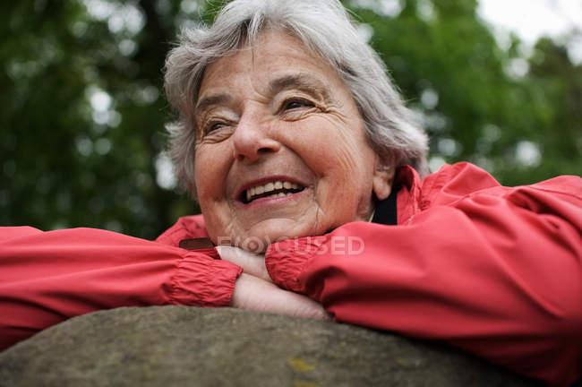 Женщина на скале в парке — стоковое фото