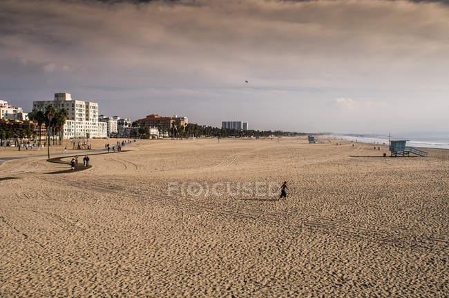 Marcas de pneu na areia da praia — Fotografia de Stock
