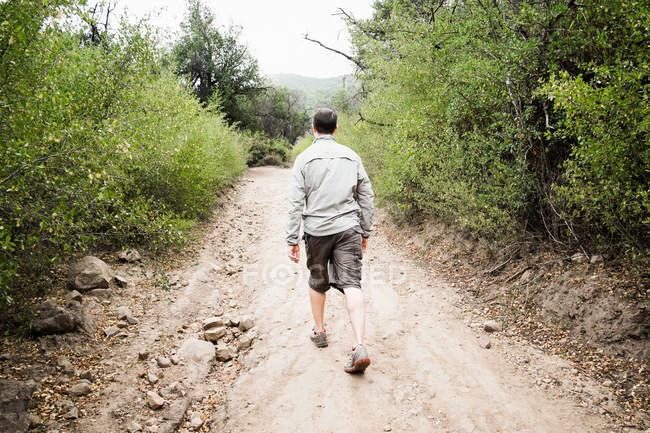 Uomo che cammina sulla strada — Foto stock