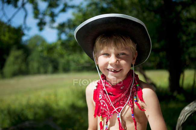 Ragazzo che porta il cappello da cowboy e bandana — Foto stock b02eff78fe1d