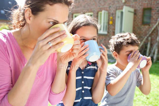 Матері і дитини, пити в саду — стокове фото
