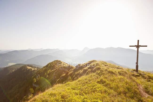 Cruz de madera con vistas al paisaje - foto de stock