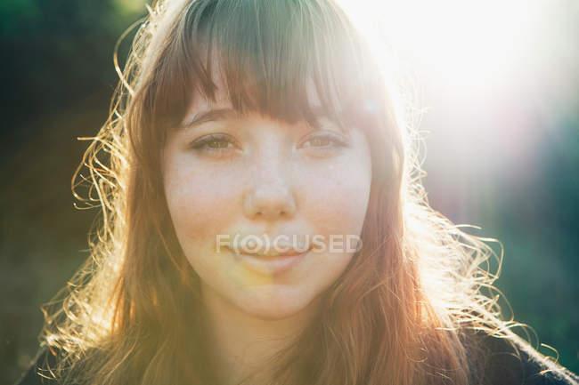 Retrato de una adolescente sonriente - foto de stock