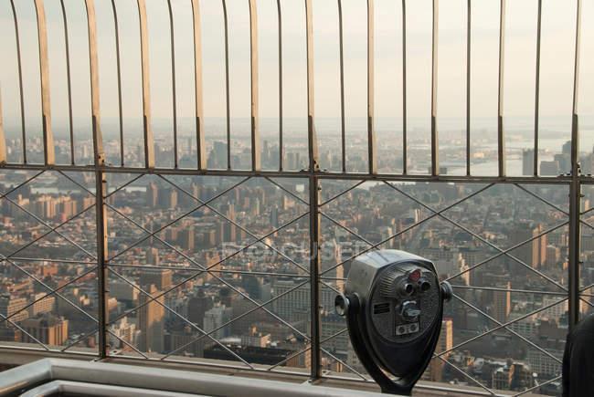 Binoculares operados por monedas en Empire State Building - foto de stock