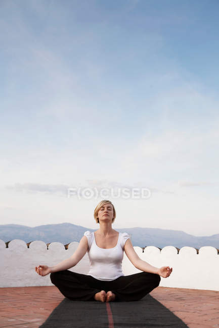 Женщина, занимающаяся йогой на улице — стоковое фото