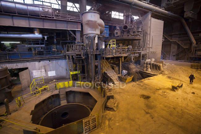 Техніка в сталевій Forge, селективний фокус — стокове фото