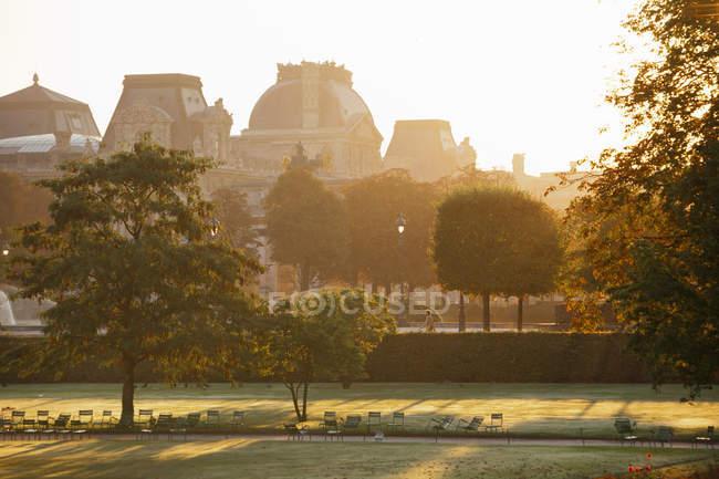 Giardini e i giardini del complesso di Palazzo del Louvre, Parigi, Francia — Foto stock