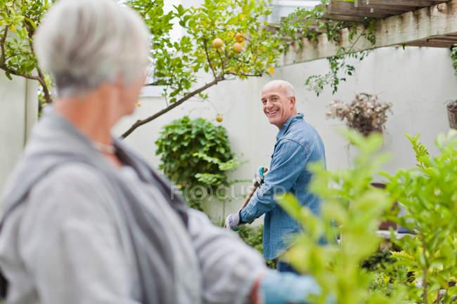 Пожилые пары садоводства на заднем дворе — стоковое фото