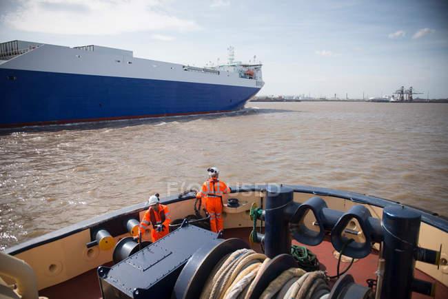 Tug lavoratori sul rimorchiatore in mare — Foto stock