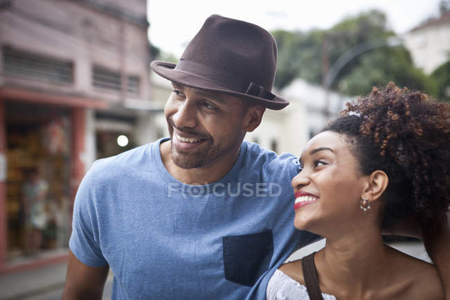 Couple walking along street, smiling, close-up — Stock Photo