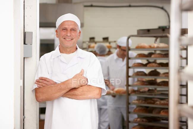 Chef sorrindo na cozinha — Fotografia de Stock