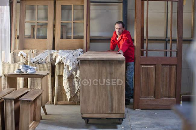Плотник работает в мастерской — стоковое фото