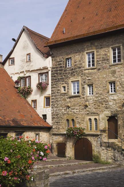 Maisons anciennes en pierre sur rue pavée, Bad Wimpfen, Baden-Wurttemberg, Allemagne — Photo de stock