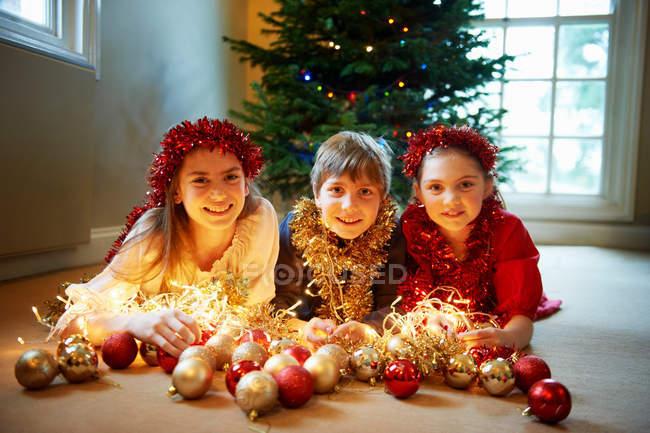 Діти з різдвяні прикраси — стокове фото