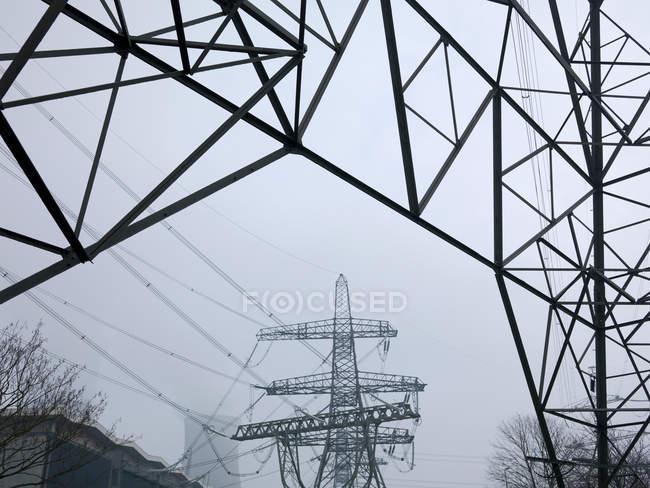 Низький кут зору ліній електропередач підключень в туман — стокове фото