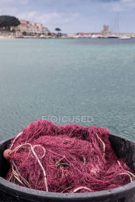 Redes de pesca rojas en la cuenca - foto de stock