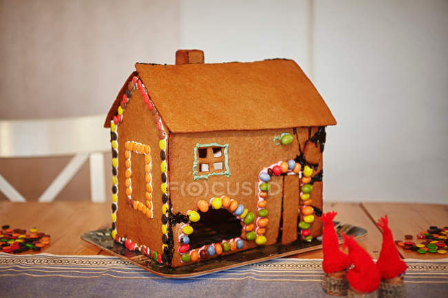 Decoración casa de jengibre en bandeja - foto de stock