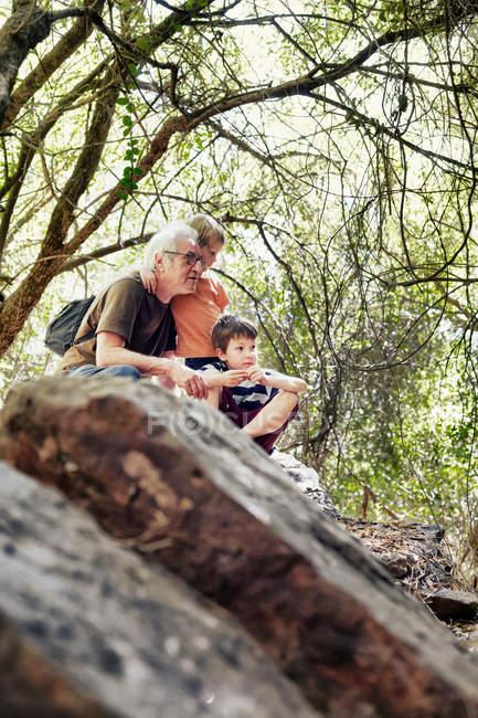Padre e figli che giocano nella foresta — Foto stock