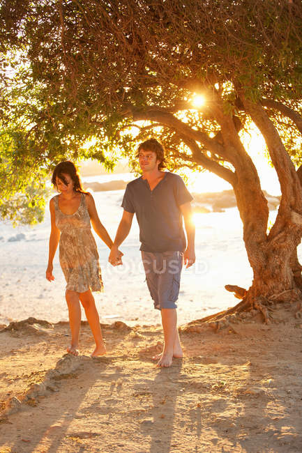 Couple walking barefoot in park — Stock Photo