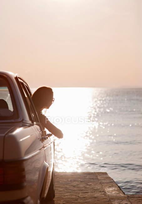 Жінка з Олдтаймер морем на заході сонця — стокове фото