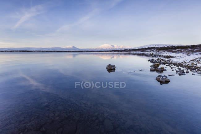 Озеро води з гори відображенням на поверхні — стокове фото