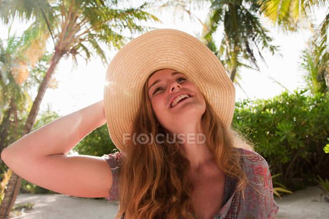 Женщина в шляпе на тропическом курорте — стоковое фото