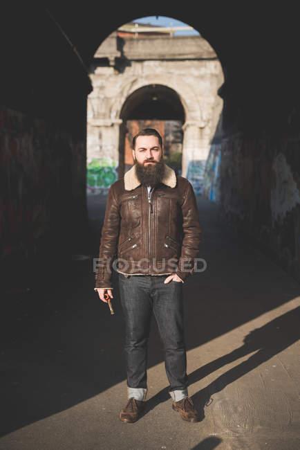 Giovane uomo barbuto da arco — Foto stock