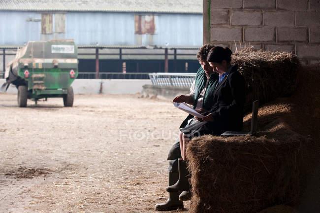 Business woman advising farmer — Stock Photo