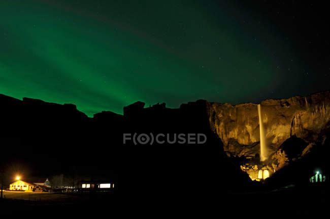 Nordlicht über Wasserfall Foss sidu — Stockfoto