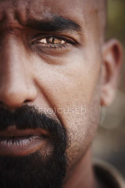 Отражение в мужском глазу, сосредоточиться на переднем плане — стоковое фото