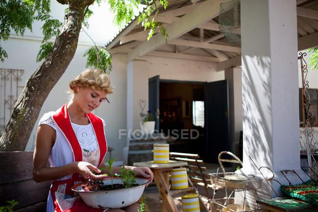Menina com ervas em casa — Fotografia de Stock