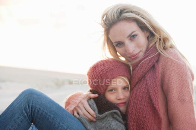 Мати і дочка на пляжі — стокове фото