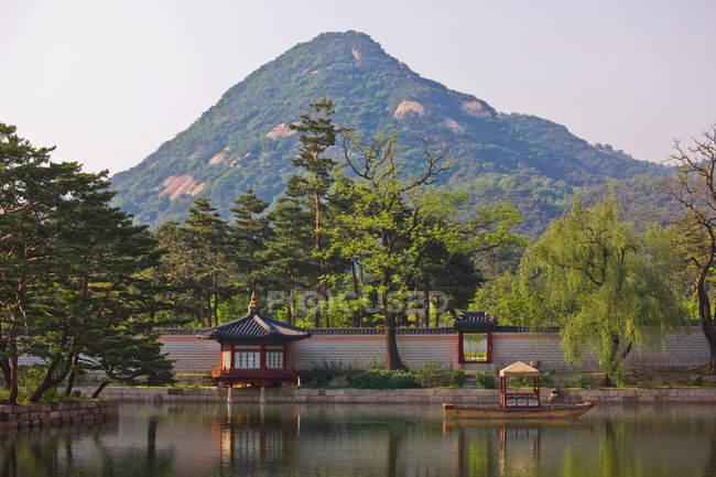 Wall at Gyeongbokgung with mountain — Stock Photo