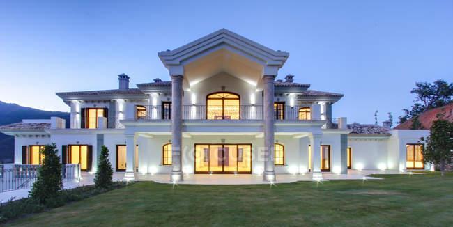 Villa di lusso illuminata al crepuscolo — Foto stock
