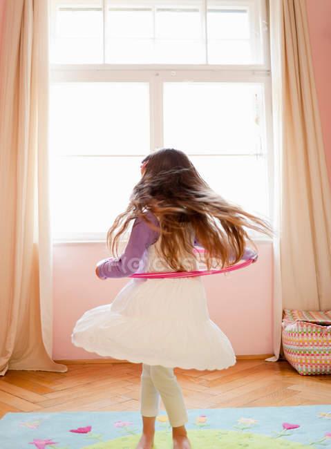 Заднього вигляду грати з Хула Хооп дівчина — стокове фото