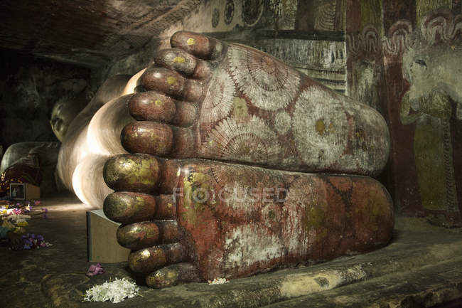 Soles of reclining buddhas feet in Rock Temple — Stock Photo