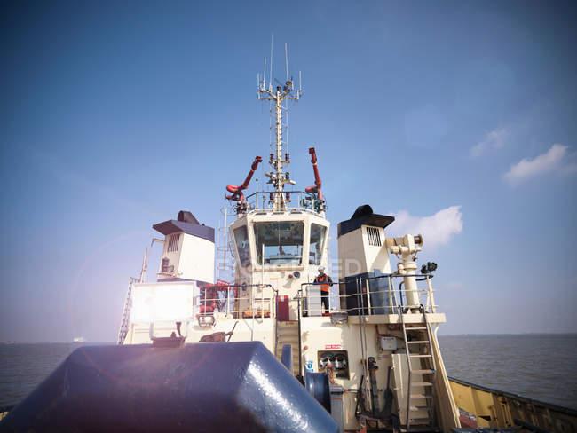 Marinero puente exterior del remolcador en el mar - foto de stock