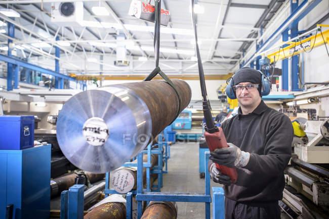 Portrait de l'ingénieur utilisant la grue pour soulever l'acier dans l'usine — Photo de stock