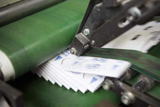 Máquina en fábrica de cartón - foto de stock