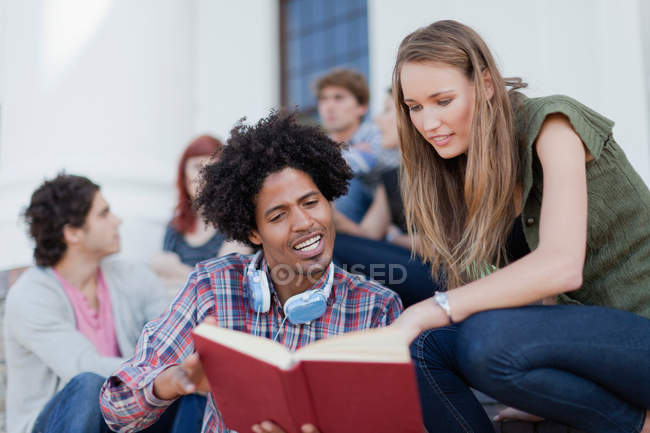 Студенты, обучающиеся вместе на кампусе — стоковое фото
